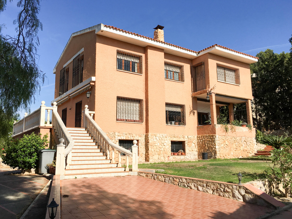 Large villa for sale Torrent with excellent access into Valencia –  016648