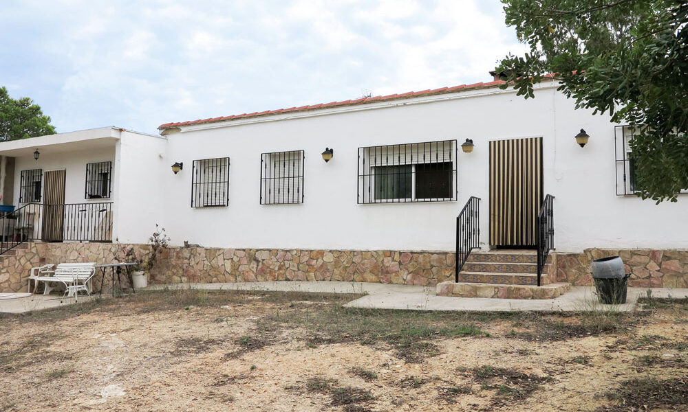 Large property with a large plot for sale in Montroy Valencia – 017708