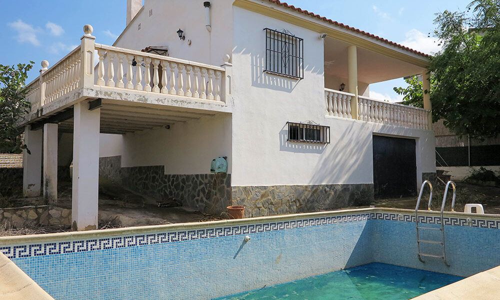 Attractive villa for sale on an urbanisation in Montroy, Valencia – 021930