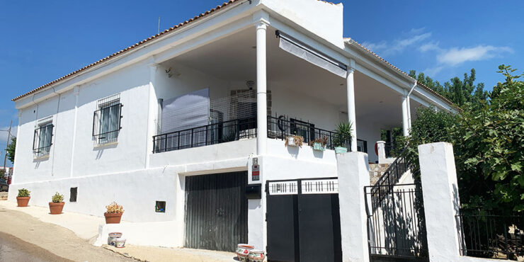 Immaculate villa for sale in Catadau, Valencia with distant sea views – 021932